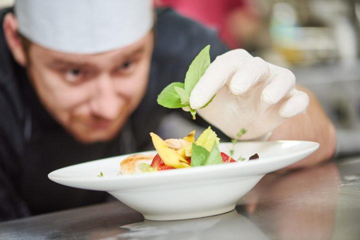 Kokk som bidrar til god forpleining